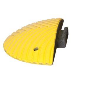 Verkeersdrempel eindstuk met pen 500x250x70mm geel